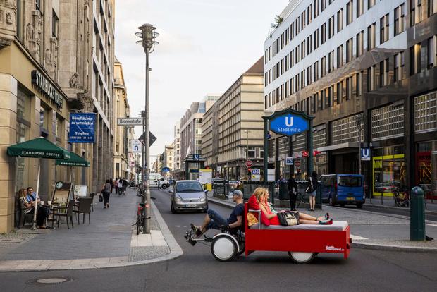 Touristes sont invités à traverser le centre de Berlin dans un lit 1