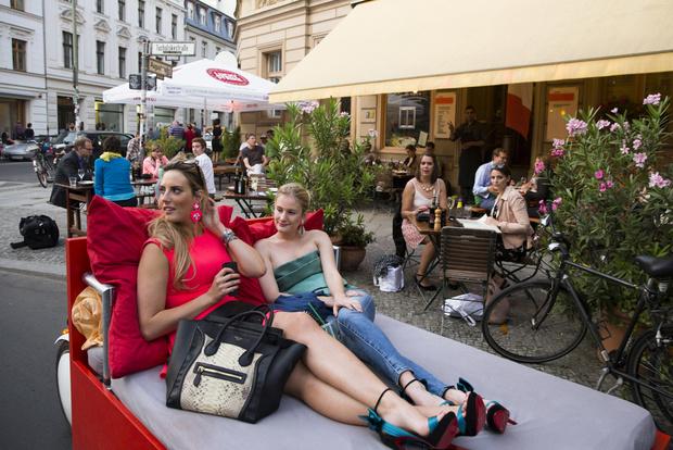 Touristes sont invités à traverser le centre de Berlin dans un lit 2