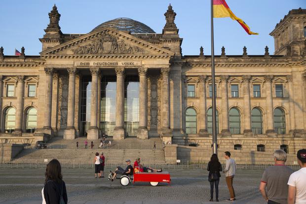 Touristes sont invités à traverser le centre de Berlin dans un lit